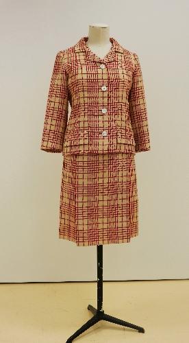 Traje de chaqueta en sarga marfil con lineas rojas realizando cuadros.