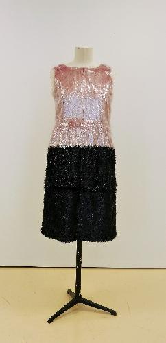 Conjunto de capa y vestido en tejido de fibras sintéticas de laminette negro y rosa