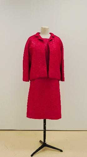 Conjunto de chaqueta y vestido fucsia