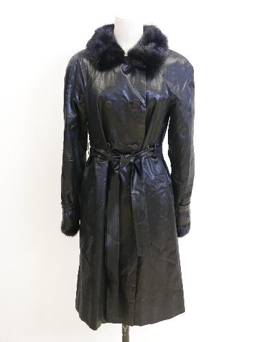 Gabardina en raso negro con cuello y puños de piel.
