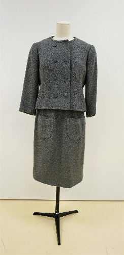 Traje de chaqueta en sarga de lana gris, con botonadura doble.