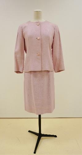 Traje de chaqueta en lino fresa, con tres botones.