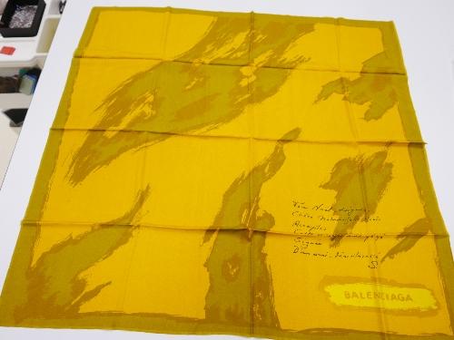 Pañuelo de seda amarilla mostaza con estampación de brochazos.