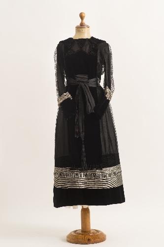 Vestido de seda y terciopelo negro con adornos de seda gris