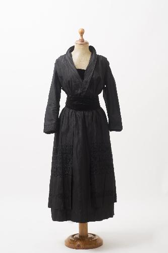 Vestido de tafetán negro con bordados de hilo trenzado