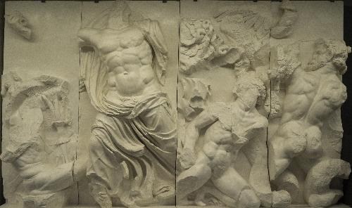Altar de Zeus en el Pérgamo. Zeus luchando contra los gigantes