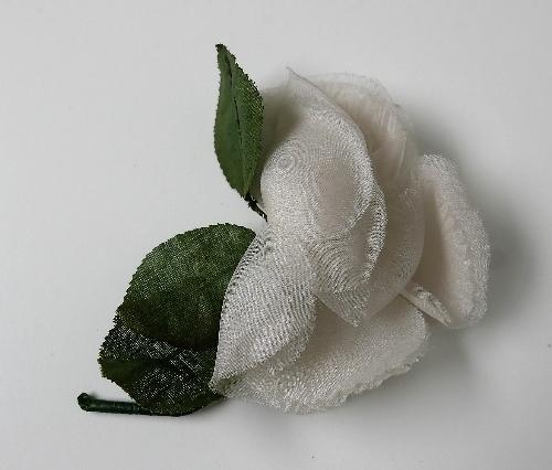 Rosa con tres hojas verdes