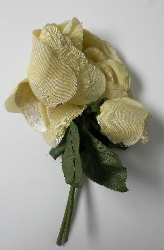 Ramillete de rosas amarillentas, con hojas verdes.