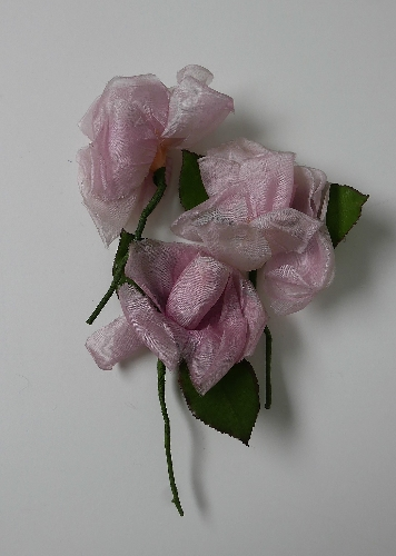 3 rosas en color rosa pálido.