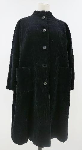 Abrigo amplio en pana negra.