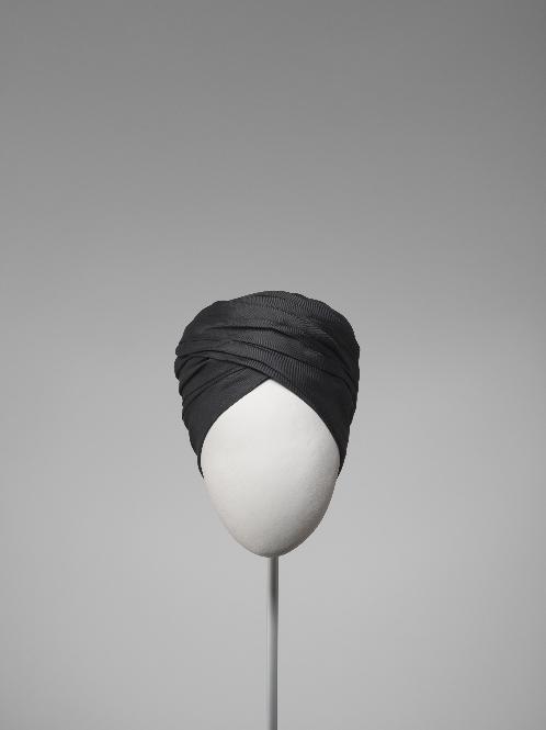 Turbante drapeado en seda negra