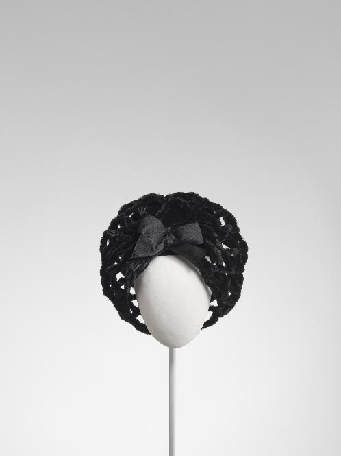 Casquete en terciopelo negro con red de chenilla negra.