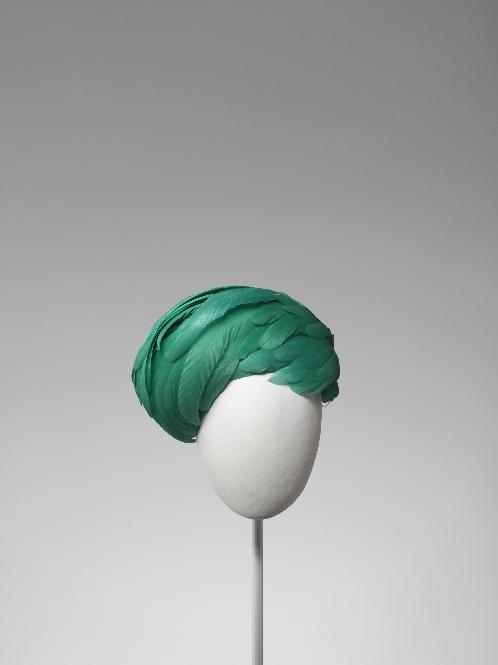 Tocado pillbox en tafetán de rayón color verde esmeralda recubierto con plumas de gallo en el mismo tono
