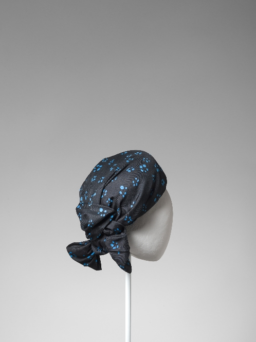 Casquete en sarga de seda negra estampada con topos azules