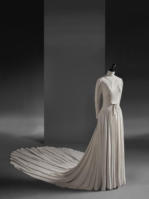 Vestido de novia en crepé de seda de color marfil